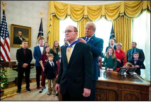 دونالد ترامپ مدال آزادی را بر گردن یک کشتی گیر انداخت