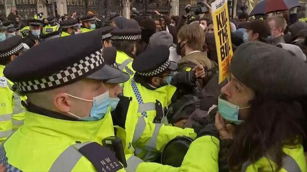 خبرنگاران تظاهرات ضد نژادپرستی لندن به خشونت کشیده شد
