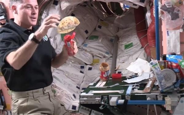 نحوه صبحانه خوردن در فضا