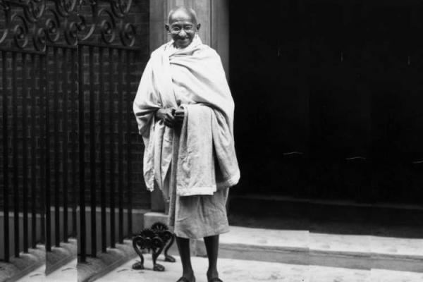 تور بمبئی: زندگی گاندی از وفاداری به امپراتوری بریتانیا تا رهبری استقلال هند به روایت رومن رولان